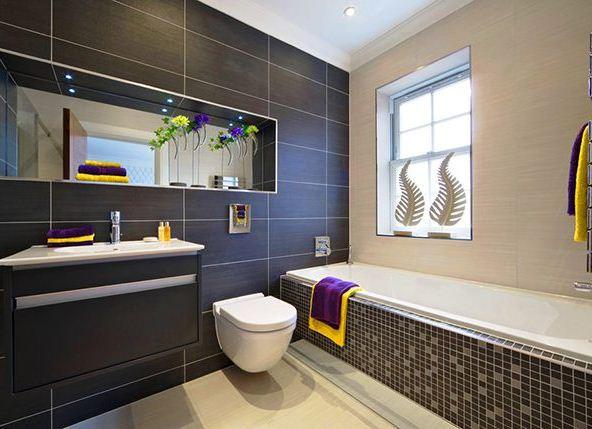 Wandschrank mit einem Spiegel im Badezimmer